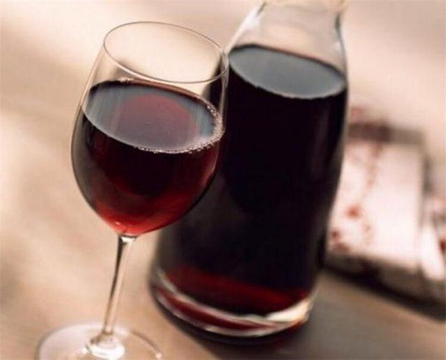 вино в бокале и графине на столе