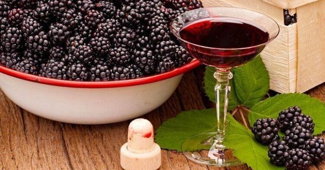 Ежевика и ежевичное вино в бокале