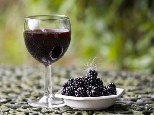 бокал с ежевичным вином