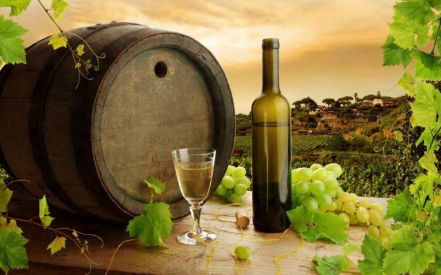 Бочонок, бутылка и бокал с вином