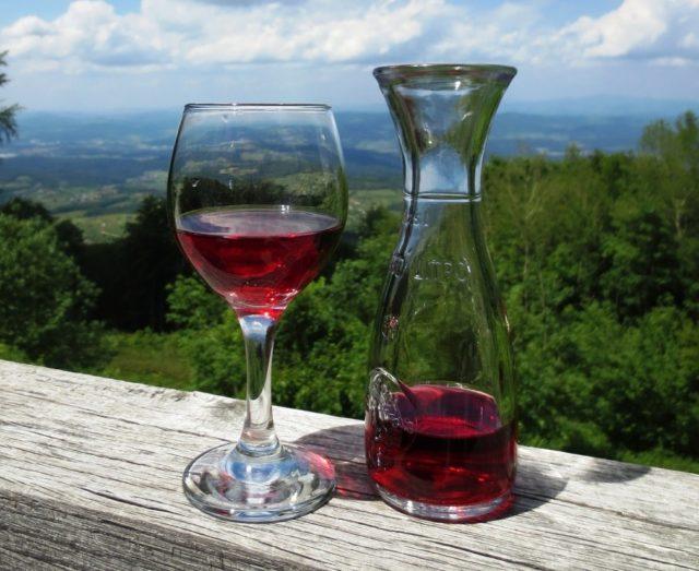 Вино в графине и в фужере