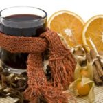 Глинтвейн в стекляной кружке и апельсины