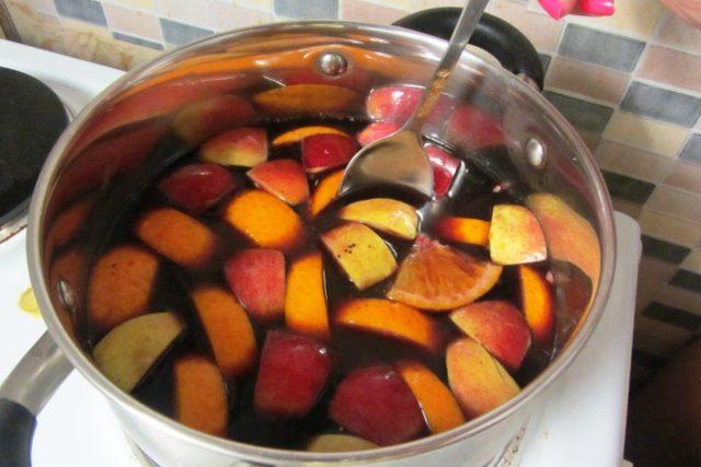 Глинтвейн с фруктами в кастрюльке