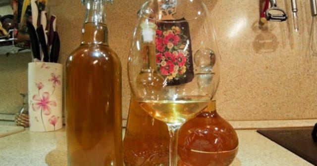 Облепиховое вино в бутылке и графинах