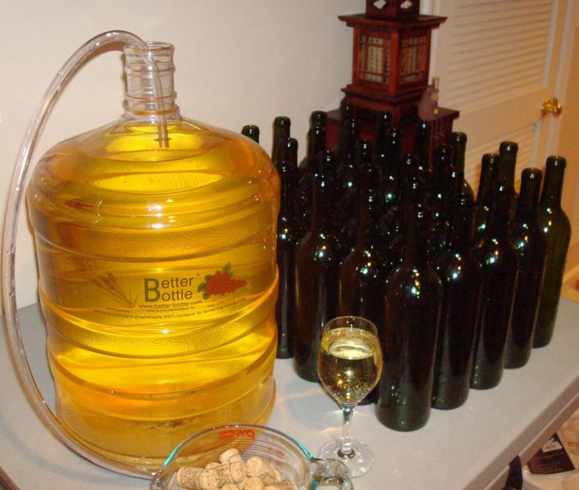 Бутыль с вином и бутылки