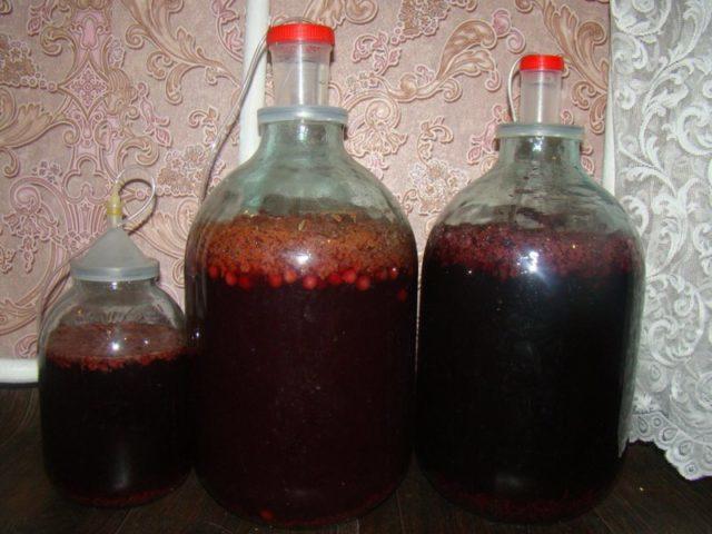 В бутылях идет брожение вина