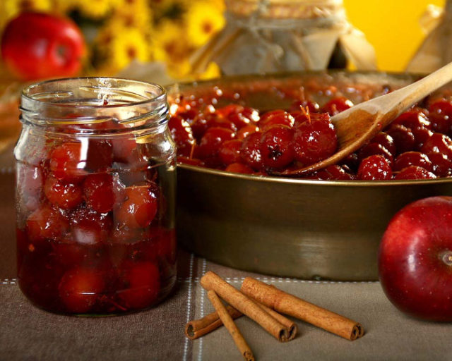 Консервированные ягоды в мисочке и в банке
