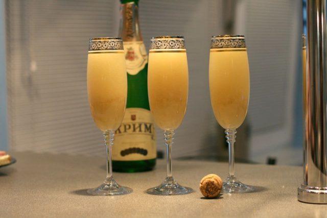 три бокала с шампанским