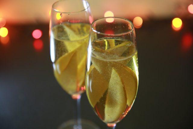 шампанское с фруктами в бокалах