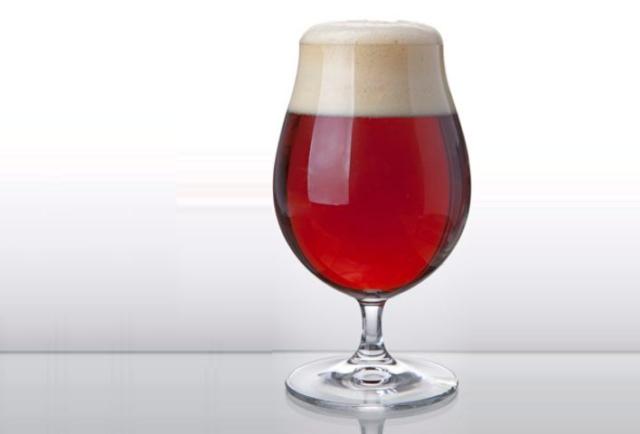 бокал с красным пивом