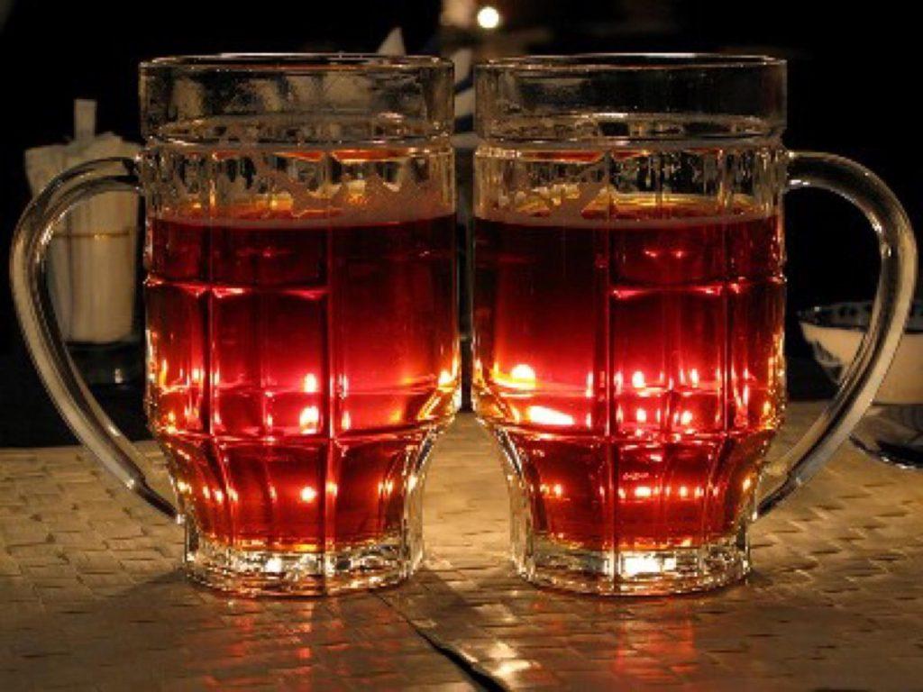 два бокала красного пива