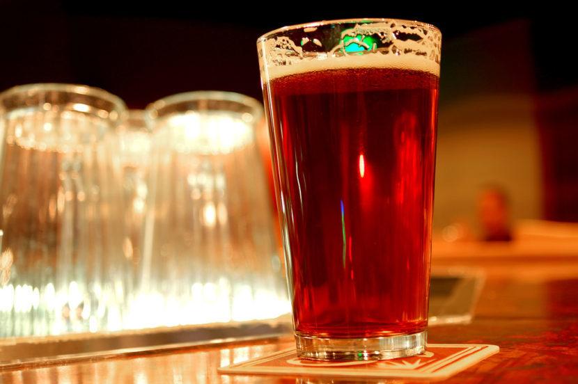 Бокал красного пива