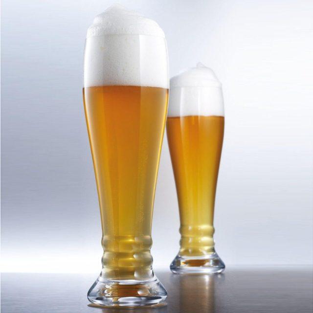 Два бокала пива с пеной