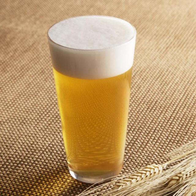 бокал пива с белой пеной