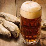 Бокал пива и сушеная рыба