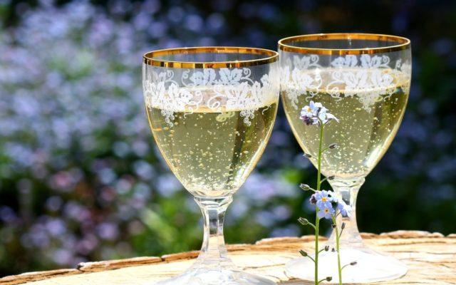 два бокала с шампанским