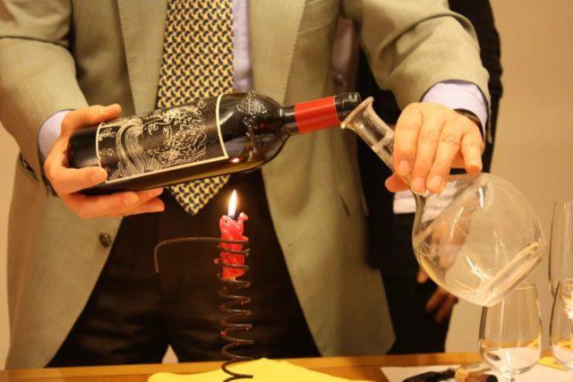 вино переливают из бутылки в графин