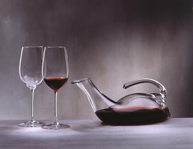 бокалы и декантер с вином