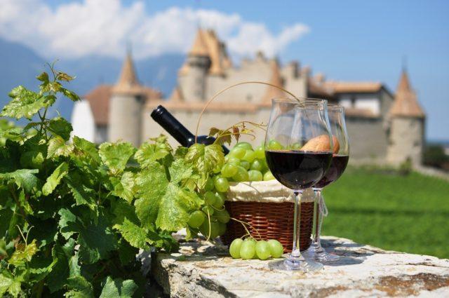 два бокала вина на фоне замка