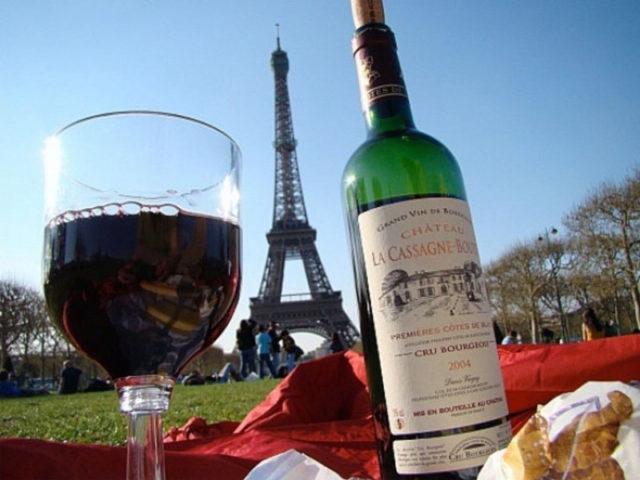 бутылка и бокал вина на фоне Эйфелевой башни