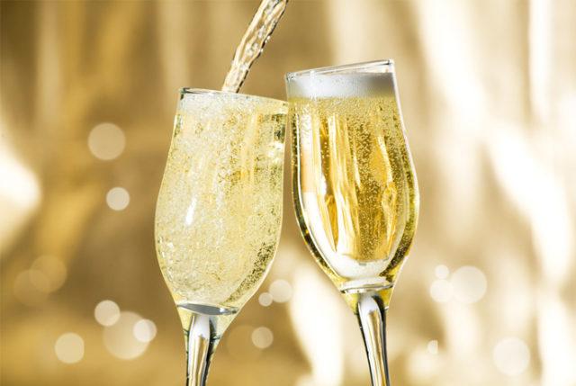 шампанское наливают в бокалы