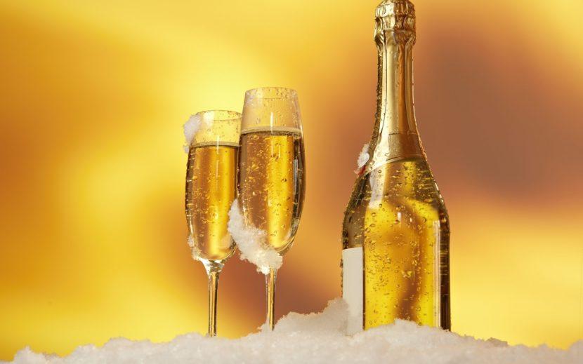 два бокала и бутылка шампанского