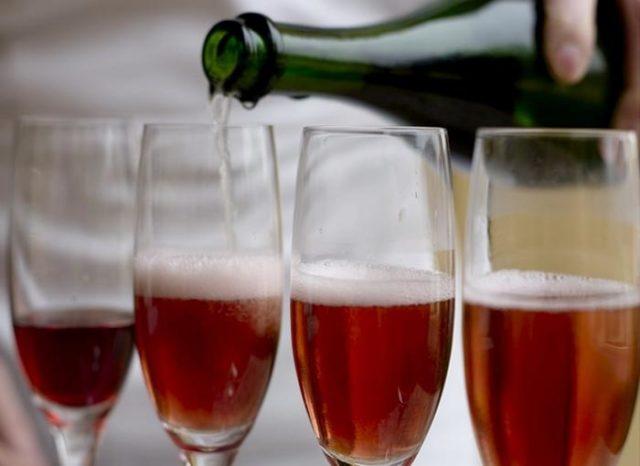 шампанское из смородины разливают по бокалам