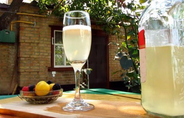 бокал домашнего шампанского