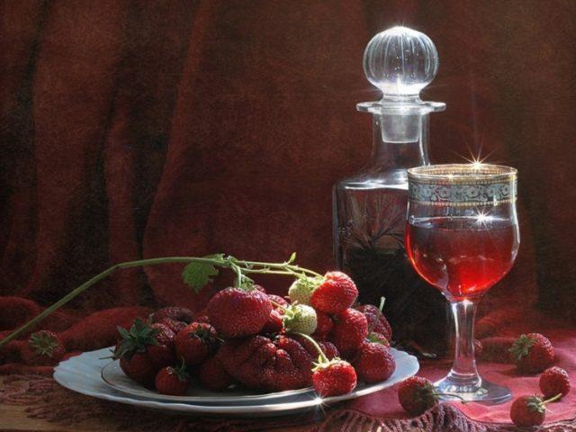 клубника и клубничное вино в графине