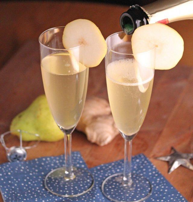 коктейли из шампанского в двух бокалах