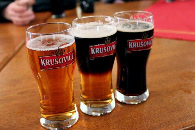 Светлое, резаное и темное пиво в бокалах