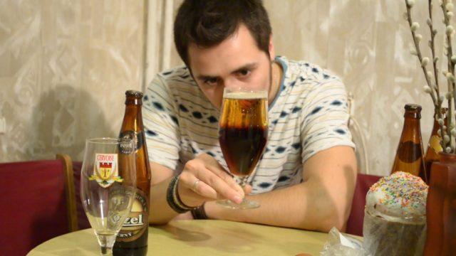 Мужик смотрит на резаное пиво в бокале