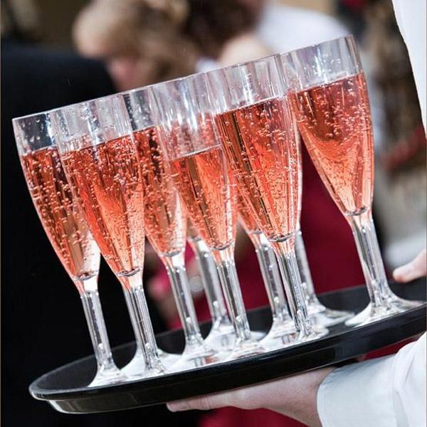 Бокалы с розовым шампанским
