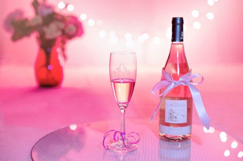 бутылка и бокал шампанского