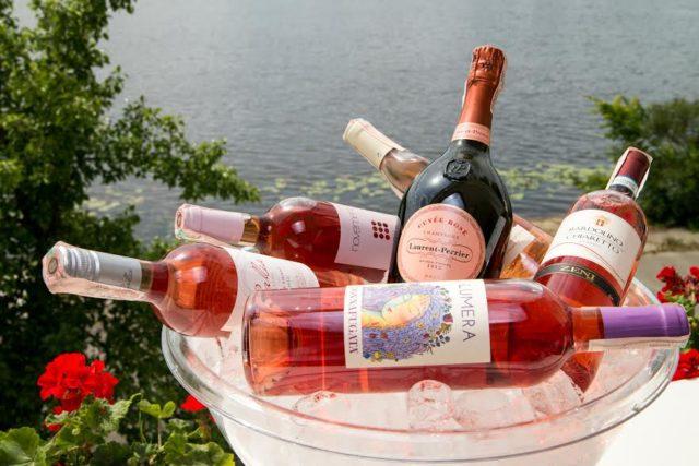Бутылки с розовым вином во льду