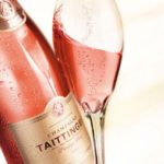 Бутылка и бокал с розовым вином