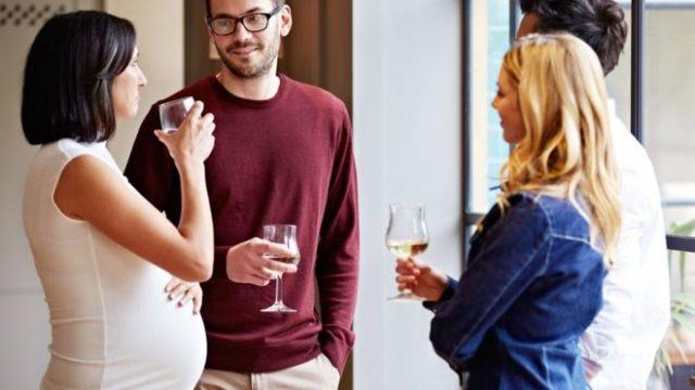 Кампания людей пьет шампанское стоя