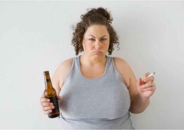 женщина с бутылкой пива и сигаретой