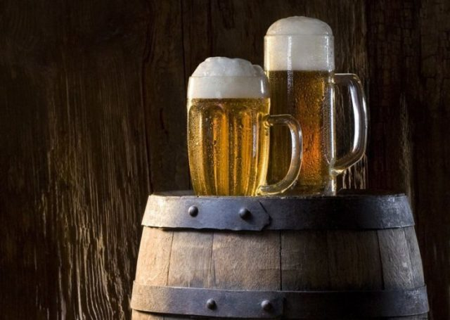 два бокала пива на бочонке