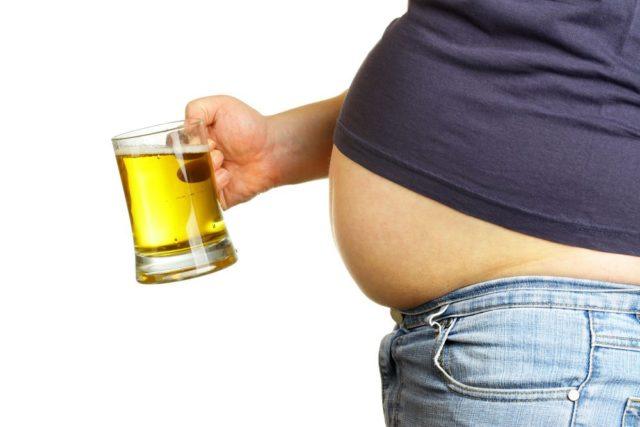 пивной живот и бокал с пивом в руке