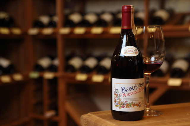 Бутылка вина Beaujolais nouveau в погребе