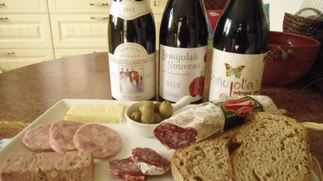 тры бутылки Beaujolais nouveau и закуска