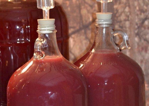 Бутыли с малиновым вином
