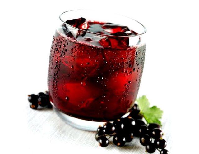 Стакан с красным напитком со льдом