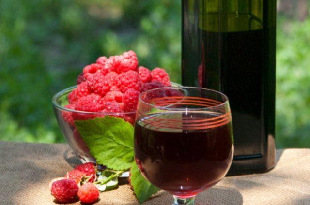Малиновое вино в бутылке и бокале