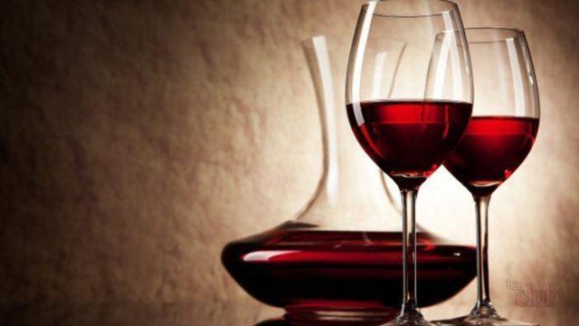 Графин и бокалы с вином
