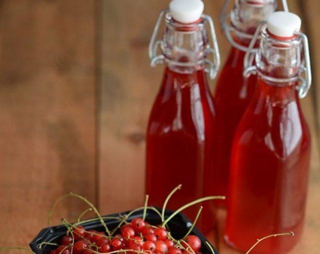 Бутылки с вином из красной смородины