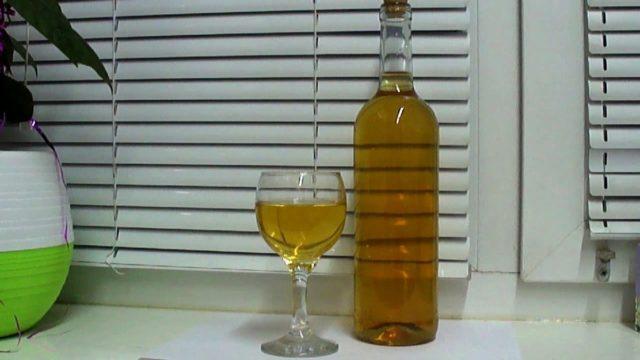 бутылска и бокал с вином из белой смородины