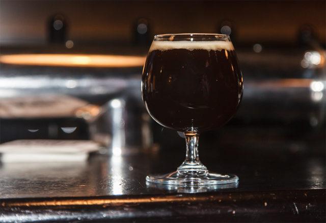 бокал с вишневым пивом