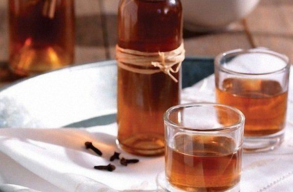 настойка калгана в бутылке и стаканах